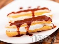 Десерт от бишкоти, пълнени с крем маскарпоне, цедено кисело мляко и декорирани с течен шоколад